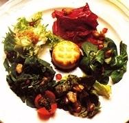 Ensalada de primavera con queso de cabra gratinado
