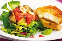 Ensalada de queso de cabra con vinagreta de frambuesa