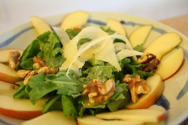 Ensalada de rúcula, manzana, queso y nueces