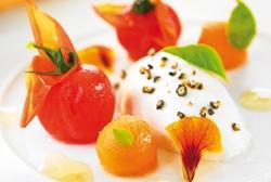 Ensalada de tomate cherry, melón, albahaca, mozarella y vinagreta de jerez