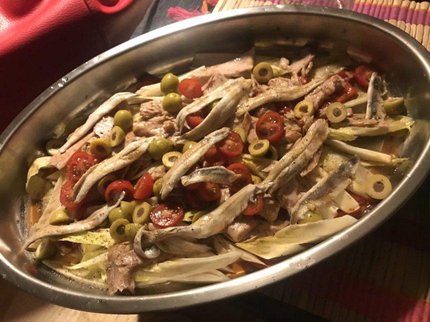 Ensalada de ventresca, pimientos y boquerones