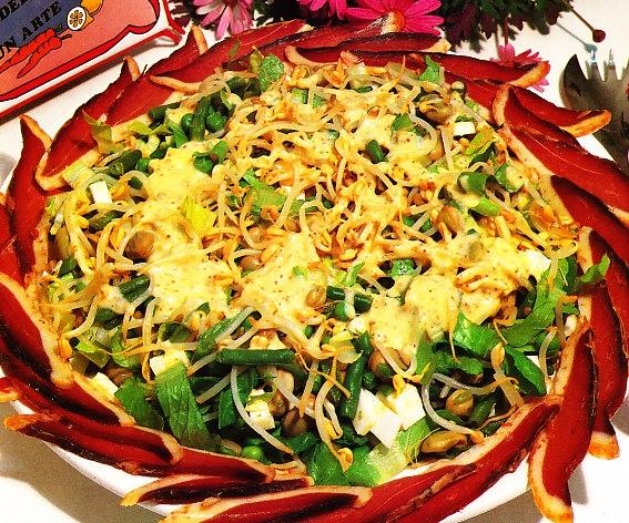 Ensalada de verduras a la vinagreta con virutas de jamón de pato