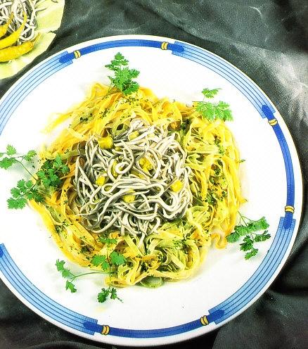 Ensalada templada con pasta, gulas y guindillas verdes