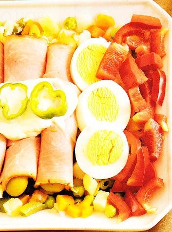 Ensaladilla con rollos de jamón