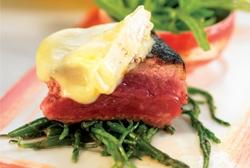 Entrecot de ternera con salicornia y Camembert al horno