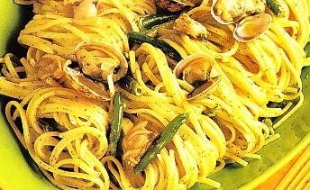 Espaguetis al pesto con almejas