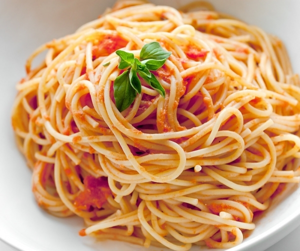 Espaguetis al tomate fresco