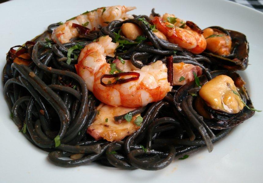 Espaguetis con tinta negra de sepia