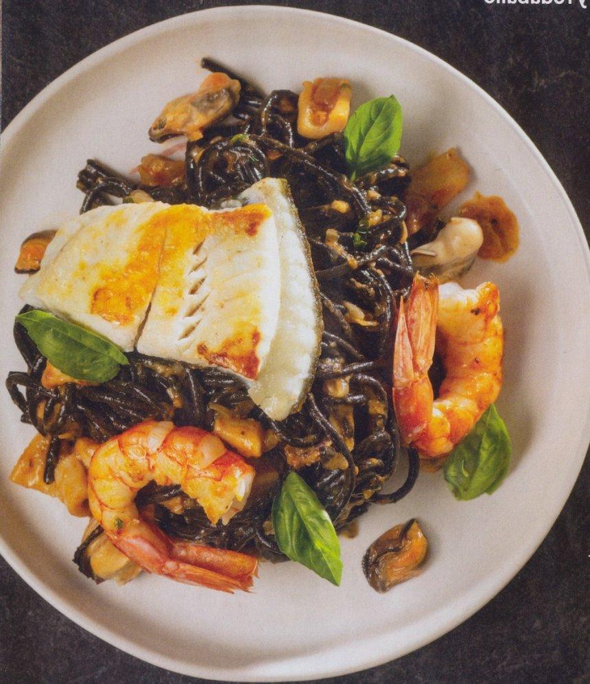 Espaguetis negros con frutos del mar y rodaballo