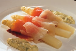 Espárragos con ahumados y salsa tártara