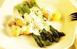 Espárragos verdes con salsa de almendras