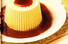 Flan de queso con salsa de fresas