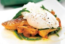 Foie a la sartén con huevo escalfado y aceite Elfos de trufa blanca