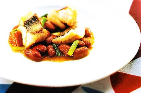 Frijoles del sastre con ajos tiernos y pez rata