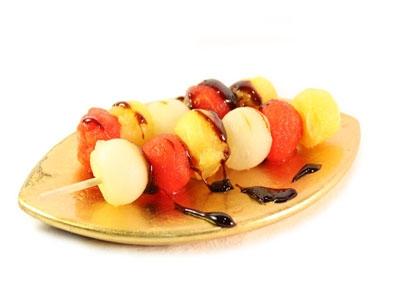 Frutas en brochetas en su jugo