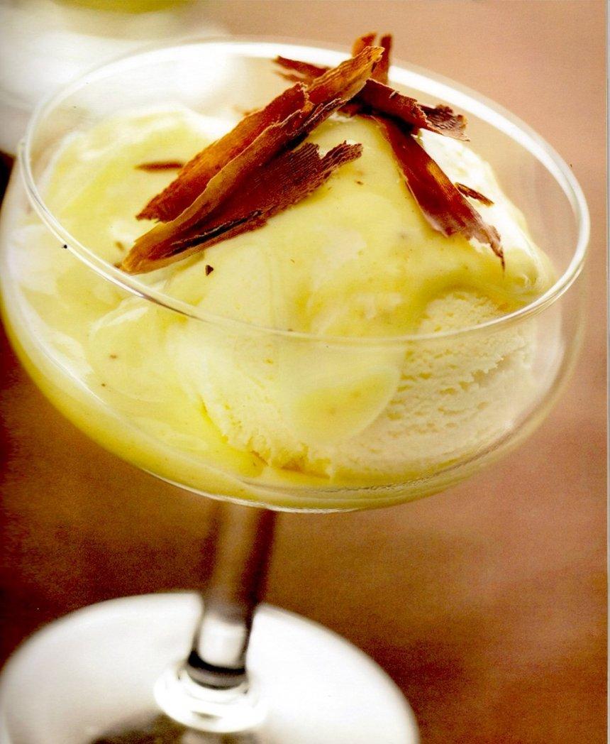 Helado de castaña bañado con crema de vainilla