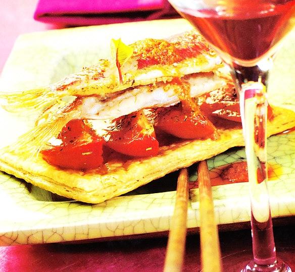 Hojaldre de tomate con salmonetes y romesco