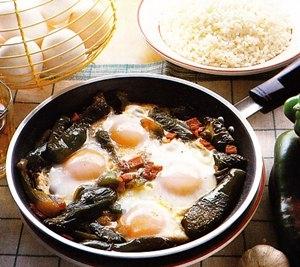 Huevos a la sartén con pimientos verdes y jamón