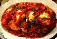 Huevos con salsa de tomate y tostadas
