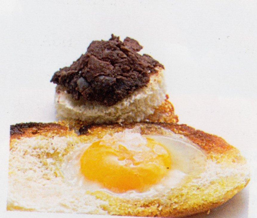 Huevos de codorniz fritos con morcilla