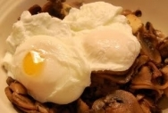 Huevos fritos con champiñones