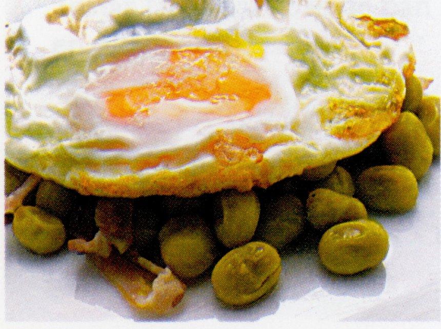 Huevos fritos con habas en aceite