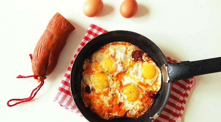 Huevos fritos con sobrasada