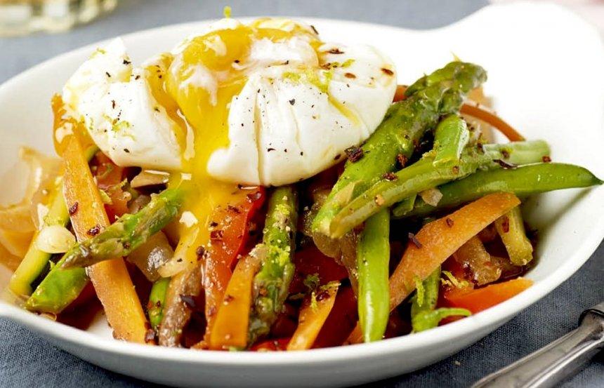 Huevos pochados con salteado de verduras