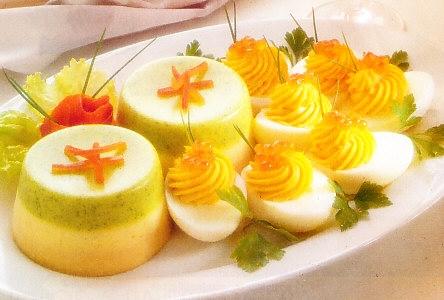 Huevos rellenos de salmón y mousse tricolor