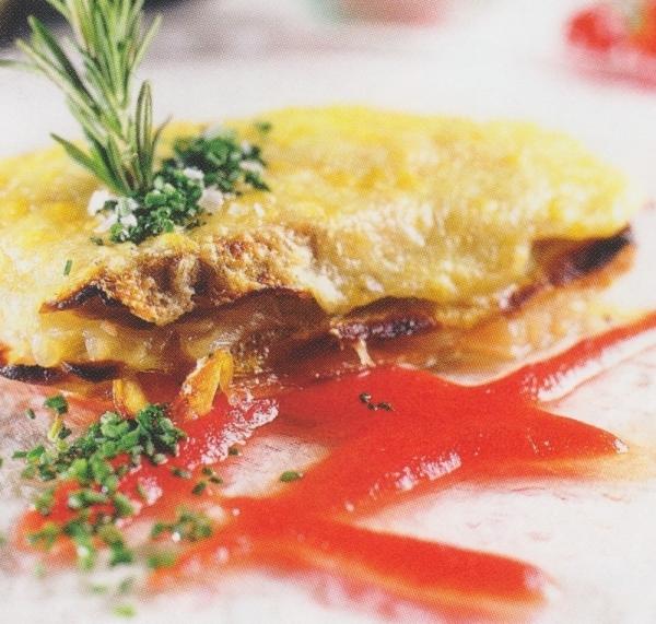 Lasaña de berenjenas, cebolla, atún, pimiento verde y confitura de tomate