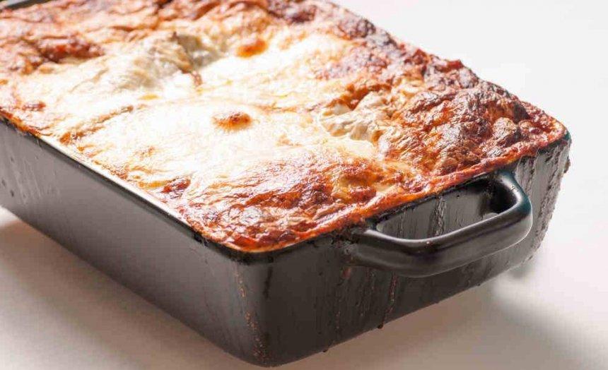 Lasaña de requesón, mozzarella y salchichas