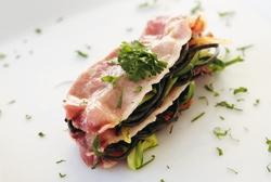 Lasaña invertida de bacon, espaguetis negros y verduras