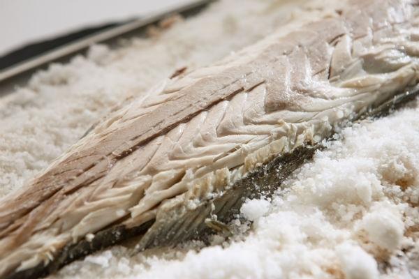 Lubina a la sal con salsa tártara