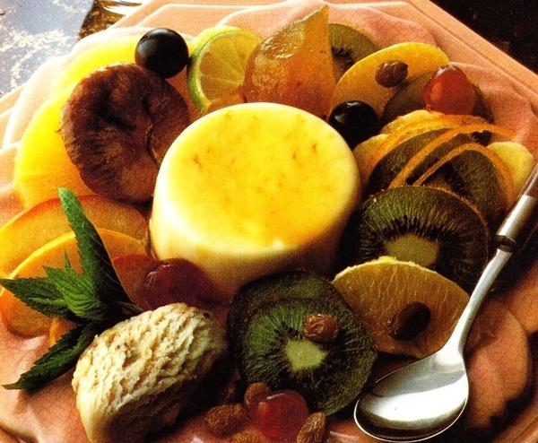 Macedonia de frutas con helado y flan