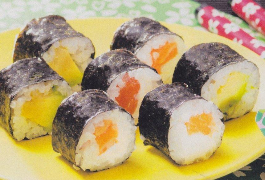 Maki sushi de salmón y aguacate