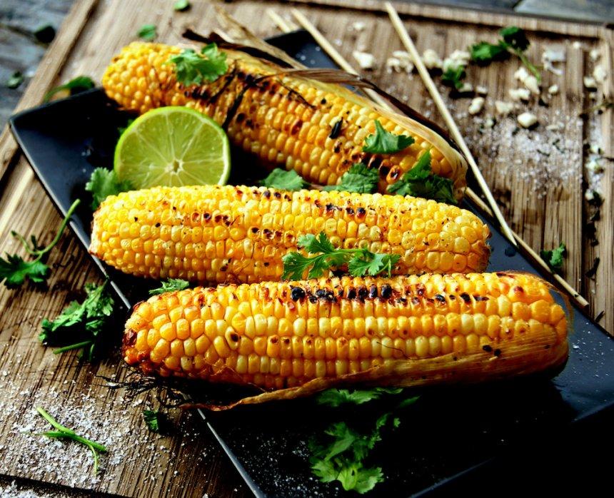 Mazorcas de maíz con mantequilla