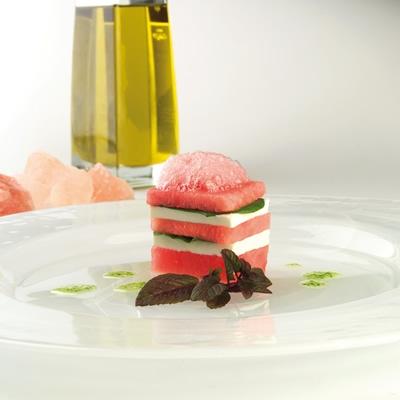 Milhojas de sandía fashion con queso fresco y albahaca