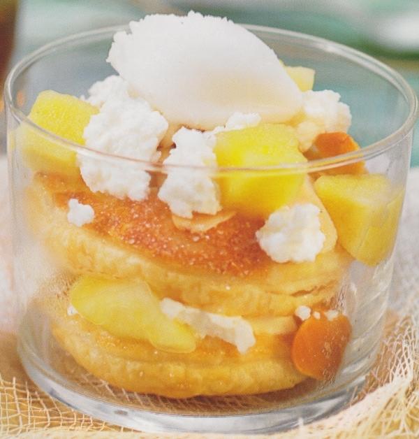 Milhojas crujiente de manzanas, requesón y helado de leche de cabra y miel