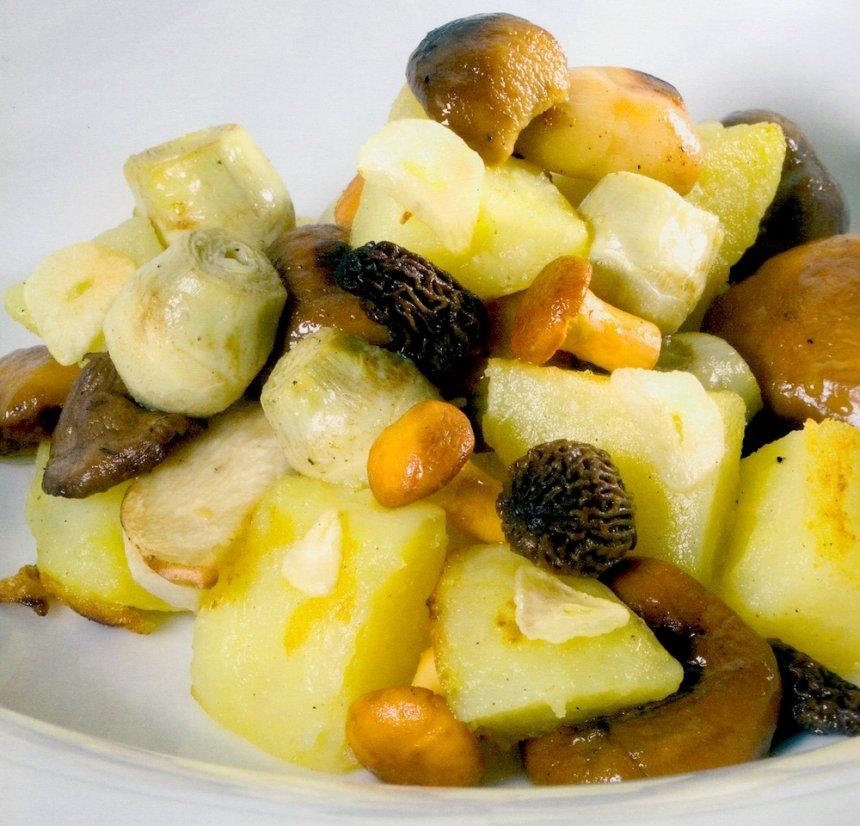 Mosaico de patatas, alcachofas y setas de temporada