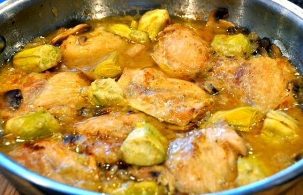 Muslos de pollo con alcachofas y mejillones