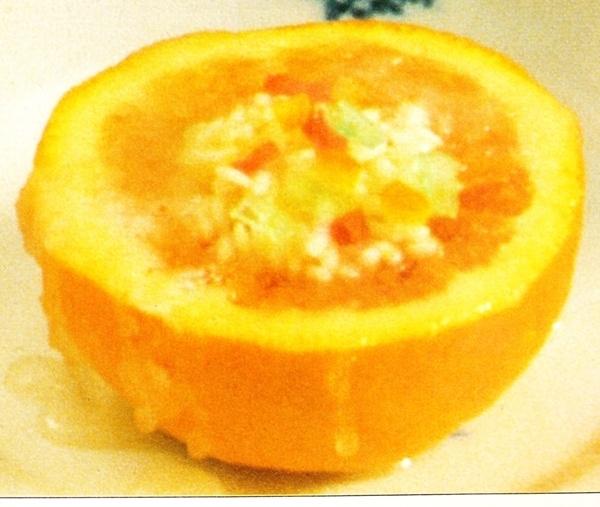 Naranjas rellenas de arroz y frutas en almíbar