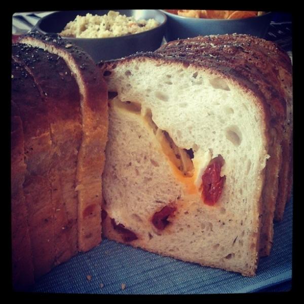 Pan flamenco con queso y tomates secos