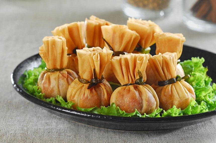 Paquetitos rellenos de ajos tiernos con mollejas y huevo escalfado