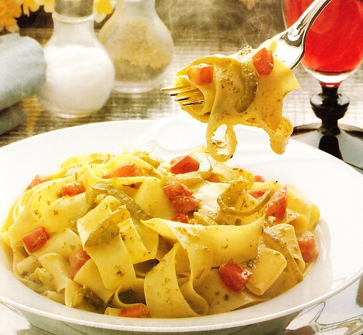 Parpadelle al pesto con pimientos y tomates