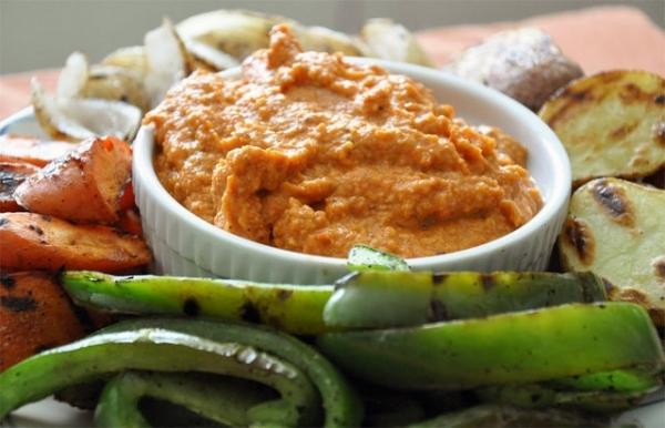Parrillada de verduras con salsa romesco