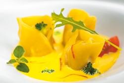 Pasta fresca panzeratto rellena de gambas y rúcula con crema de azafrán y brócoli