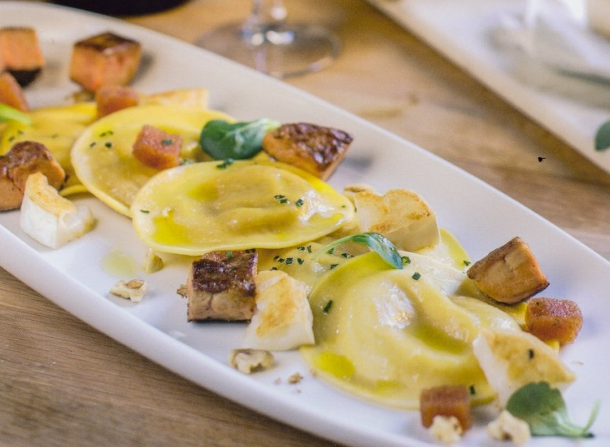 Pasta fresca rellena de foie y manzana caramelizada con queso de cabra