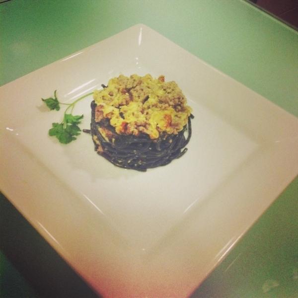 Pasta negra con picadillo de ternera al orégano, salsa de shiitake y puerro con costra de queso idiazabal