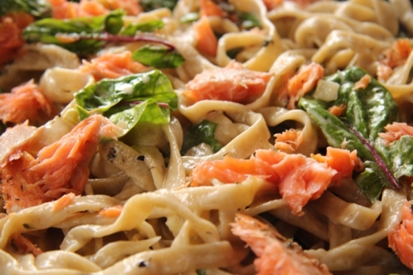 Pasta sin gluten con salmón y espinacas