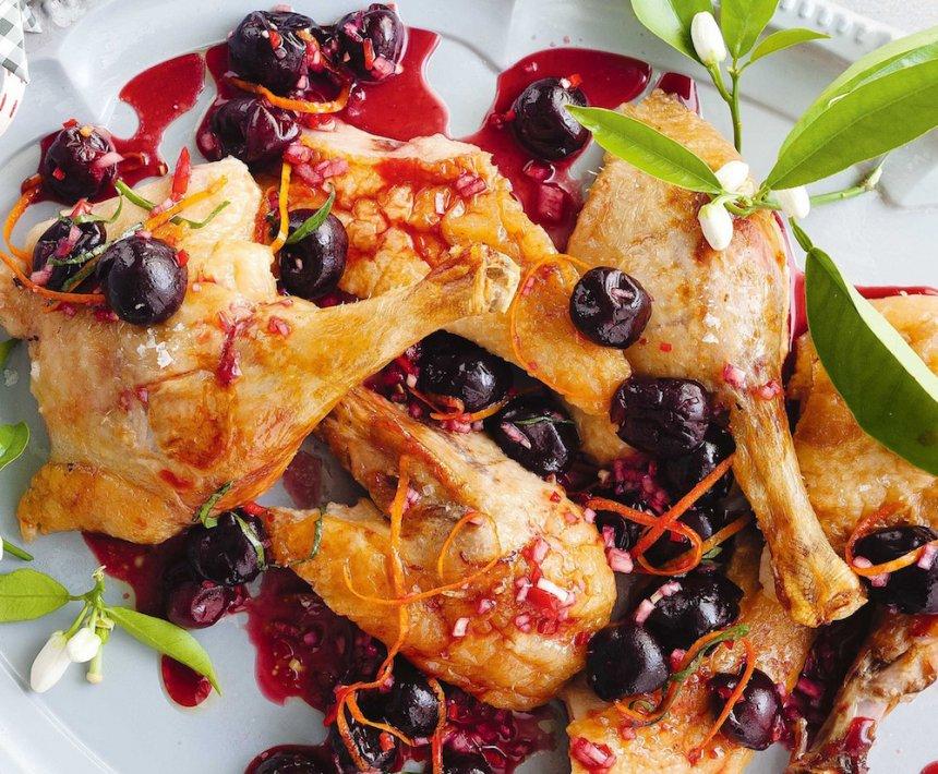 Pato joven guisado con cerezas